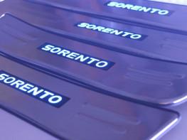 Накладки на пороги из стали с диодной подсветкой Kia Sorento.
