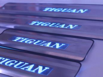 Накладки на пороги из стали с диодной подсветкой Volkswagen Tiguan.