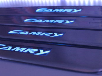 Накладки на пороги из стали с диодной подсветкой Toyota Camry.