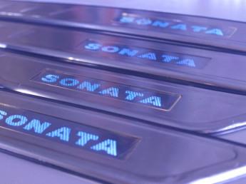Накладки на пороги из стали с диодной подсветкой Hyundai Sonata.