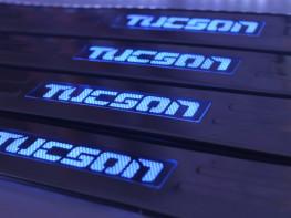 Накладки на пороги из стали с диодной подсветкой Hyundai Tucson.